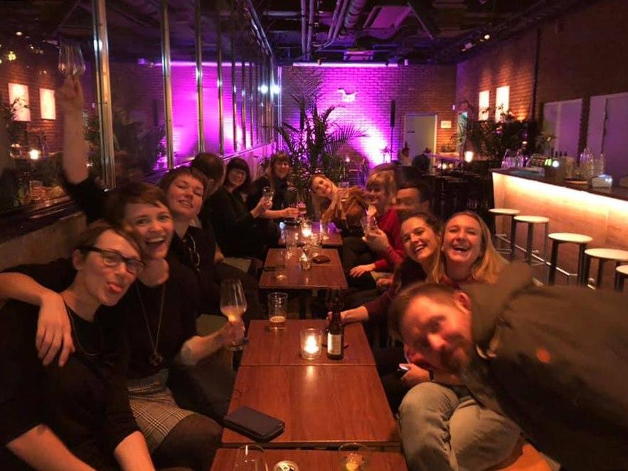 Bildet kan inneholde: 6 personer, personer smiler, folk som sitter, bord og innendørs